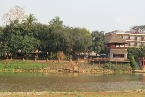 Hotels and guesthouses in vang vieng laos travel information for Domon river guesthouse vang vieng