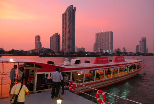 The ferry that connect Asiatique with the BTS station