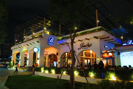 gusto music restaurant and karaoke in bangkok a square. Black Bedroom Furniture Sets. Home Design Ideas