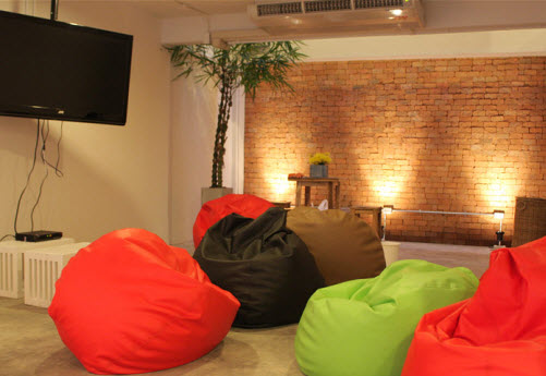 Relax zone at the HQ Hostel in Bangkok - Hotel Guide