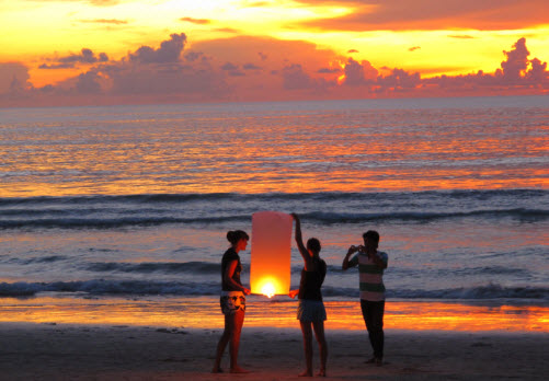 Sunset at Patong beach Phuket lighting a lantern - Travel advice and trip info - Free World Travel Guide