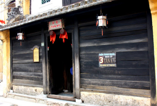 The entrance to the tan kyn house in hoi an