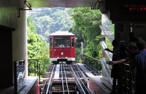 https://www.globaltravelmate.com/uploads/images/china/hongkong/hongkong_peak_tram_arrival_at_peak.jpg